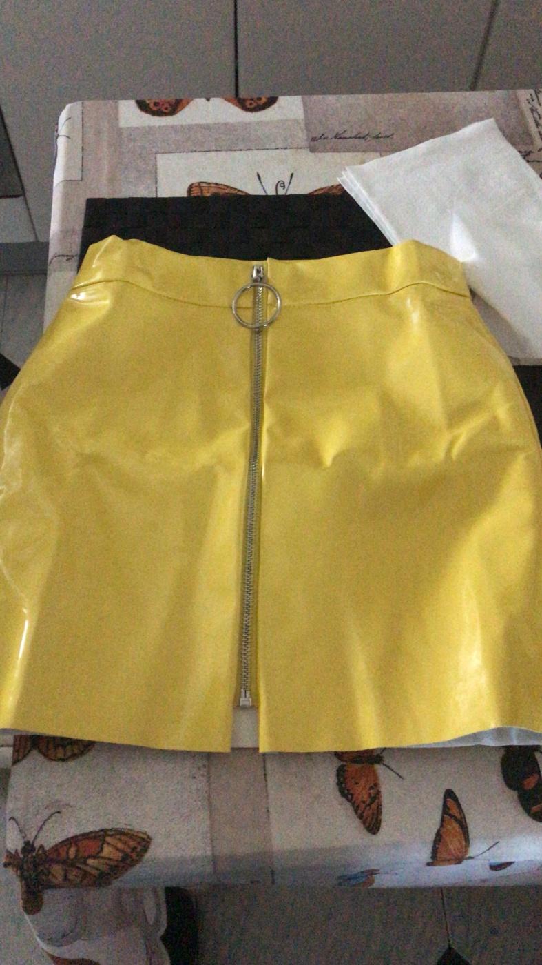 Falda corta amarilla