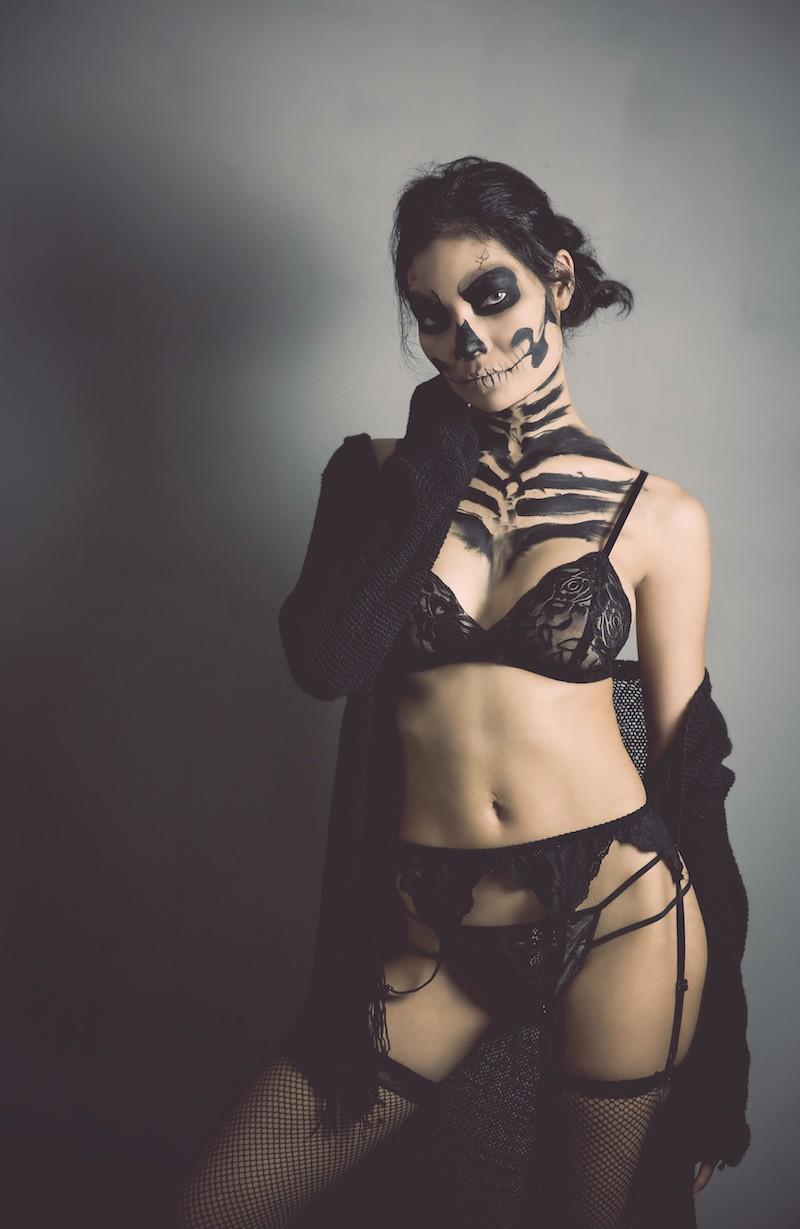 femme avec maquillage de crâne