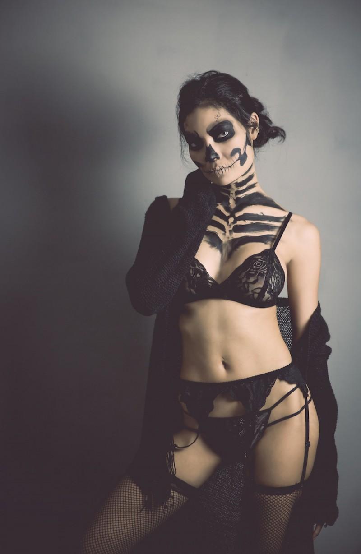 Mujer con lencería y cara pintada de calavera