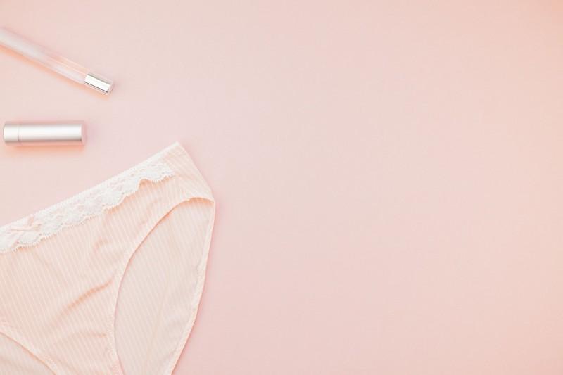 Bragas mojadas sobre fondo rosa