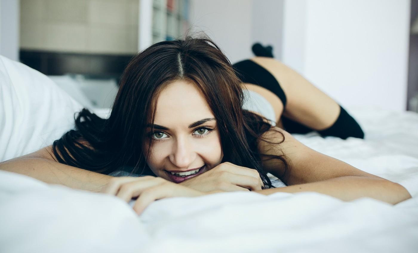 fille souriante parce qu'elle vend des culotte portee