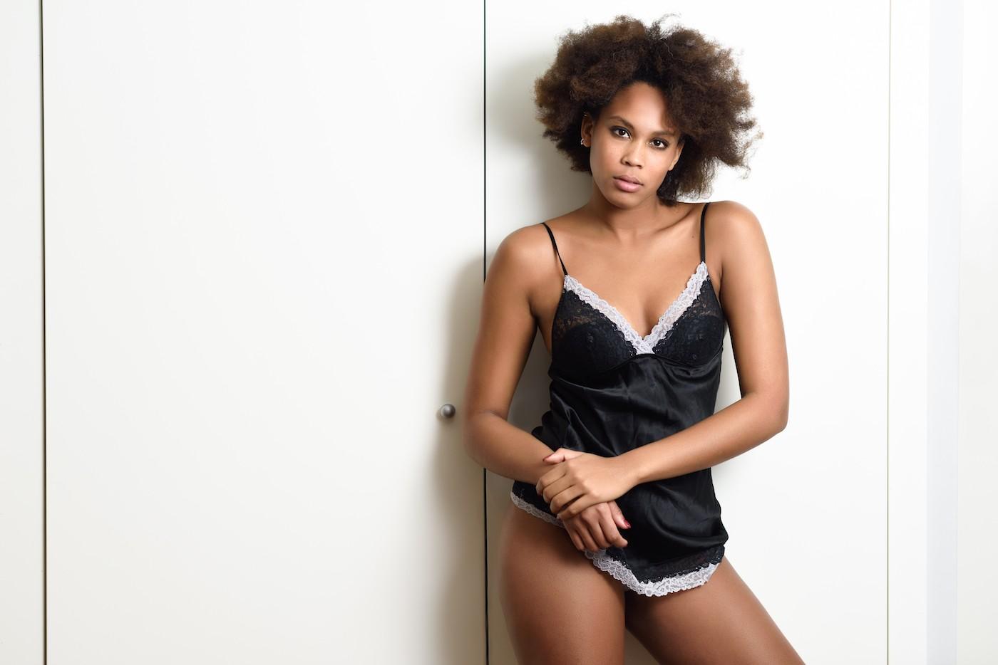 Femme portant des vêtements sales