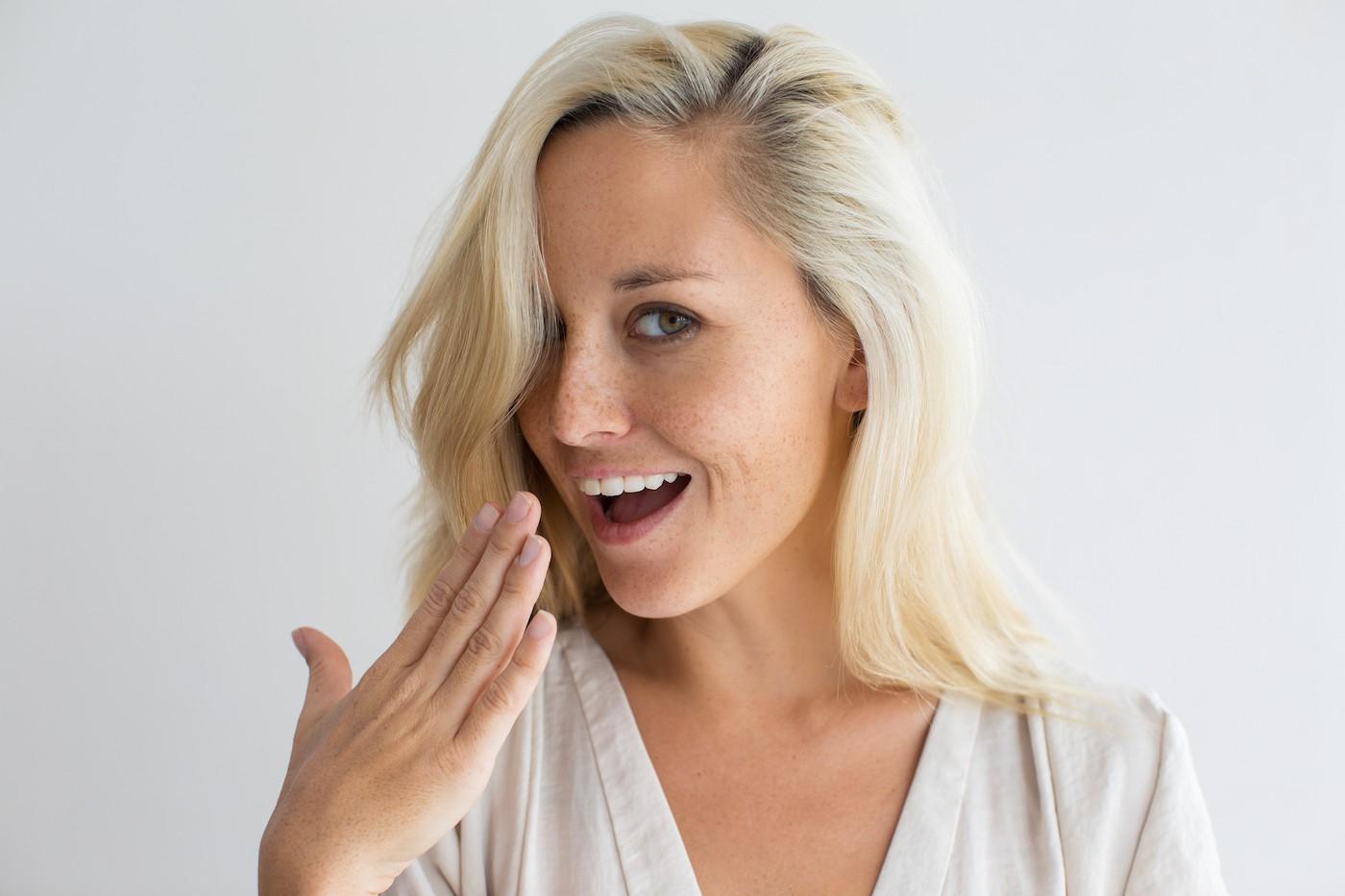 Mujer que ofrece sus bragas usadas siendo traviesa